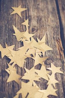 Estrelas douradas no chão de madeira