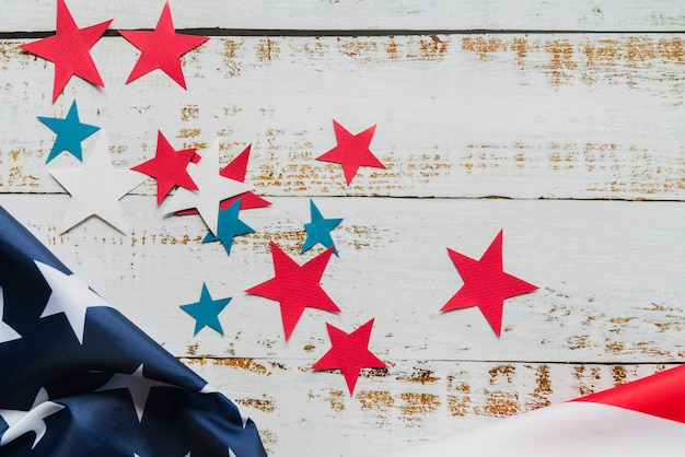 Estrelas e bandeira americana em fundo de madeira