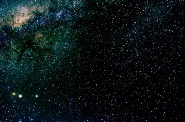 Estrelas e galáxia espaço sideral céu noite universo preto