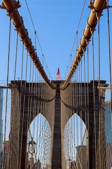 Estrelas e listras voando na ponte de brooklyn
