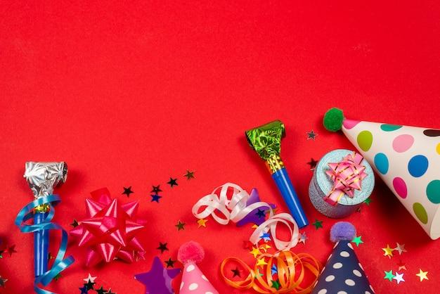 Estrelas festivas douradas e roxas de confete e um presente