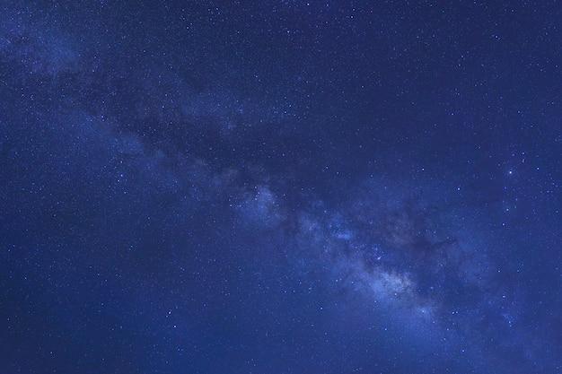 Estrelas na poeira espacial no universo e na via láctea