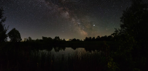 Estrelas no céu à noite