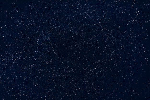 Estrelas no céu azul escuro à noite