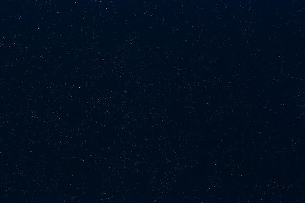 Estrelas no céu noturno estrelado azul escuro