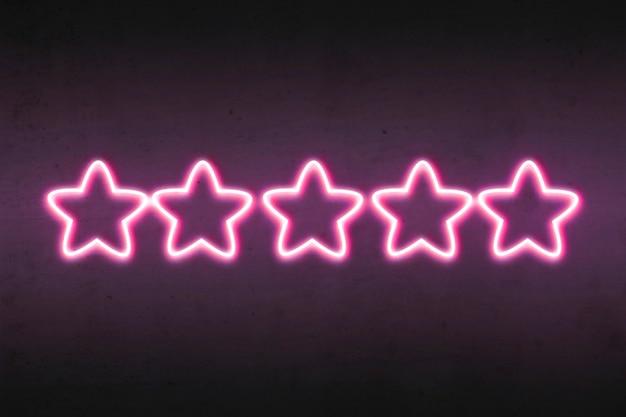 Estrelas roxas de classificação na parede escura brilham com luz brilhante.