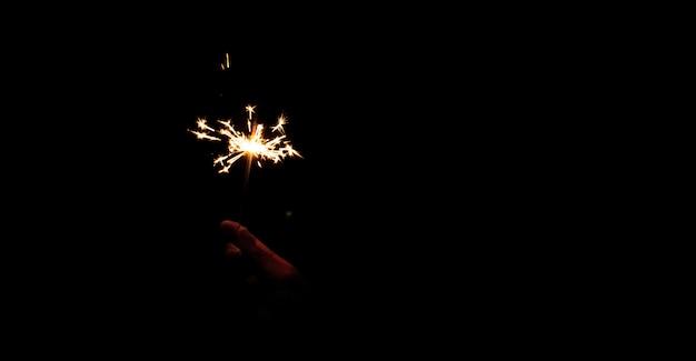 Estrelinhas de borrão abstrata para fundo de celebração, movimento pelo vento turva mão segurando a queima