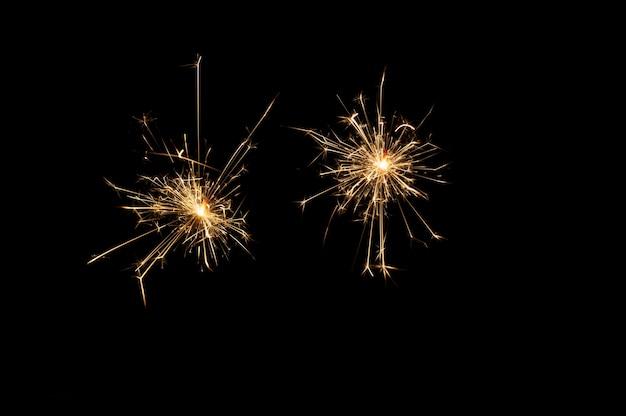 Estrelinhas festivas em um fundo preto
