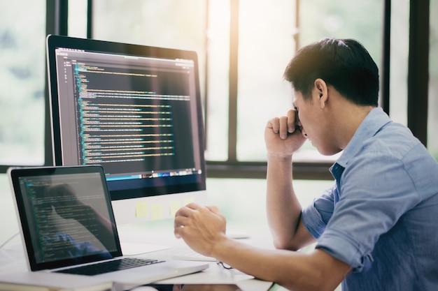 Estressado desenvolvedor de software tendo os problemas.
