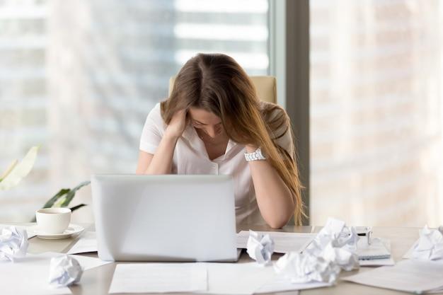 Estressado empreendedor feminino em crise de criatividade