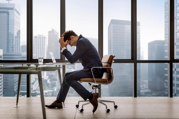 Estressado jovem empresário sobrecarregado