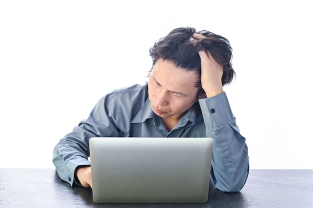 Estresse asiático do homem de negócios ou tensão no escritório com síndrome de burnout no trabalho relacionado à mesa