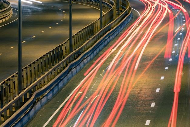 Estrias de luz de carro de estrada. listras de pintura luz à noite.