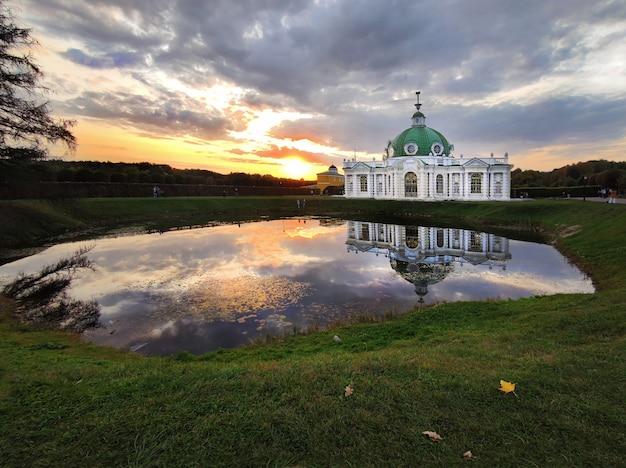 Estrutura arquitetônica da rússia à beira do lago à noite ao pôr do sol no início do outono. Foto Premium