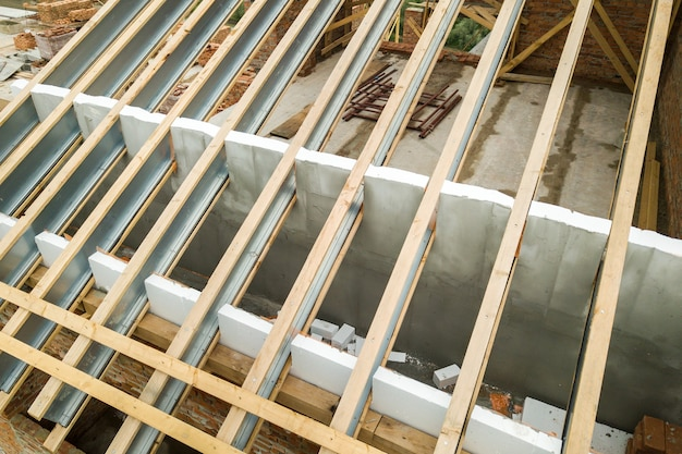 Estrutura da cobertura em aço inoxidável para futura cobertura em construção. desenvolvimento de estrutura metálica para cobertura em cobertura.