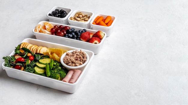 Estrutura de alimentos embalada de alto ângulo com espaço de cópia