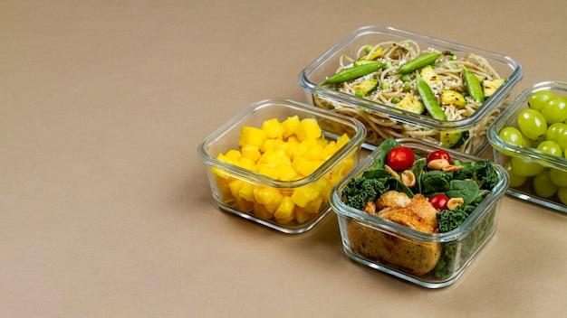 Estrutura de alimentos embalados saudáveis de alto ângulo