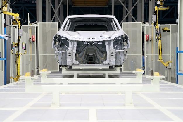 Estrutura de carro com montagem inacabada na linha de produção da empresa automobilística
