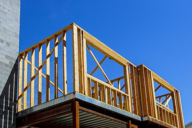 Estrutura de casas de construção residencial com vigas de madeira