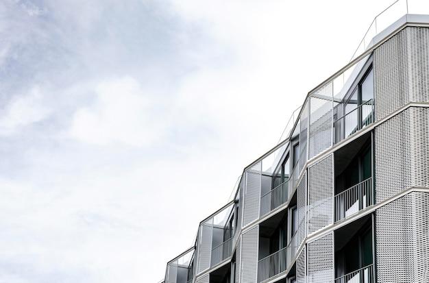 Estrutura de concreto simples na cidade com espaço de cópia