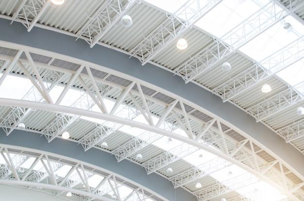 Estrutura de interiores de telhado de metal do edifício moderno.