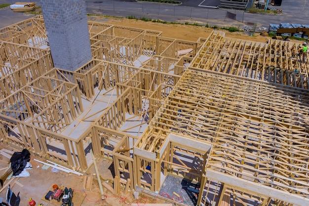 Estrutura de madeira de construção em um novo enquadramento de desenvolvimento de uma nova casa em construção
