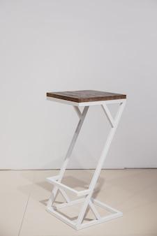 Estrutura de metal e mesa de centro de madeira