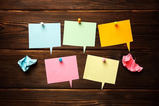 Estrutura de papelão com papel colorido bolhas do discurso