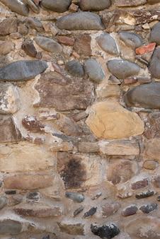 Estrutura de parede composta por pedras de diferentes tamanhos.