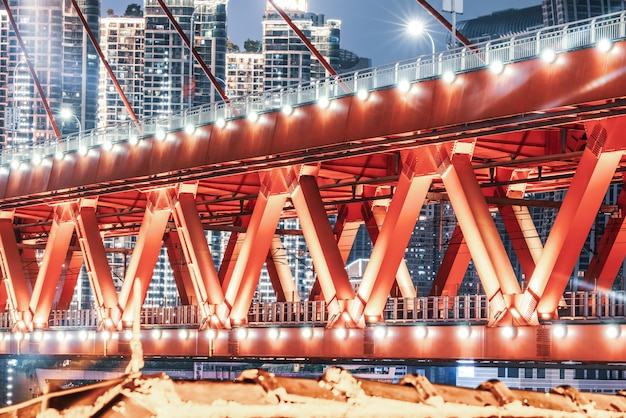 Estrutura de ponte de edifício moderno e paisagem noturna urbana