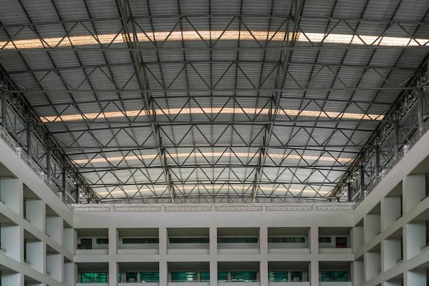 Estrutura de telhado de aço sob o telhado do edifício industrial