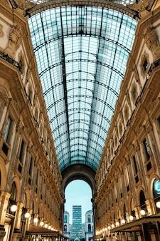 Estrutura de telhado de vidro da galeria vittorio emanuele em milão