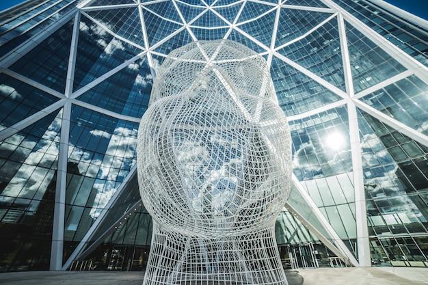 Estrutura de uma cabeça humana feita de rede branca