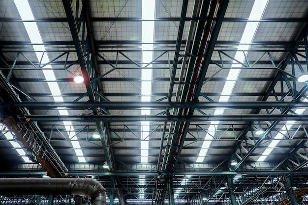 Estrutura de viga de aço do telhado na fábrica industrial