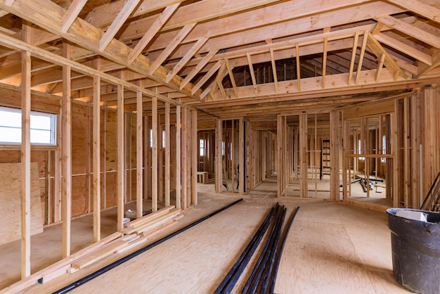 Estrutura de viga residencial de madeira em construção e tubo de drenagem de plástico de pvc