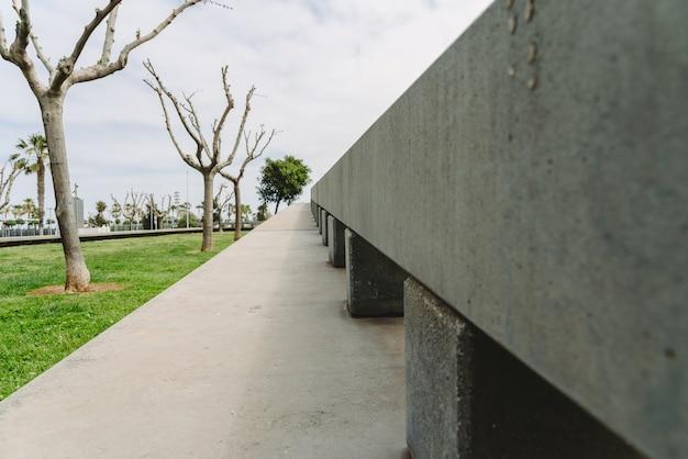 Estrutura decorativa de concreto nos jardins.