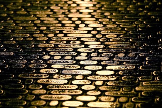 Estrutura do pavimento da estrada à noite o reflexo das luzes