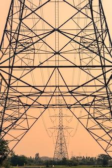 Estrutura do poste de alta tensão, torre de transmissão com céu colorido à noite