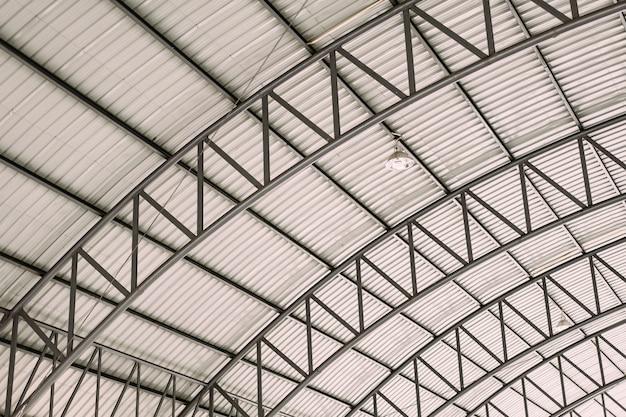 Estrutura do projeto do aço do telhado da curva com a chapa de aço ondulada galvanizada da telha de telhado.