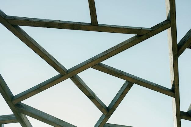 Estrutura do telhado de guarda-sol de madeira sob o céu azul em um dia ensolarado de verão
