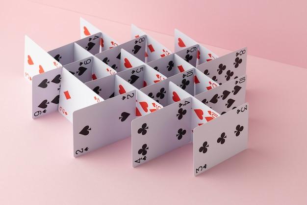 Estrutura feita de cartas em fundo rosa