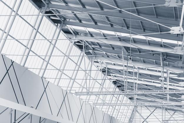 Estrutura interna da estrutura metálica com teto translúcido para economia de energia