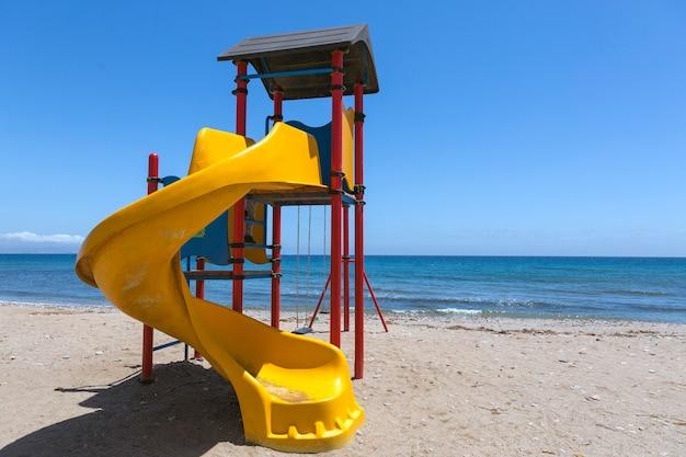 Estrutura lúdica para crianças com escorregadores e área de escalada localizada na orla da praia espanhola de puntas de calnegre