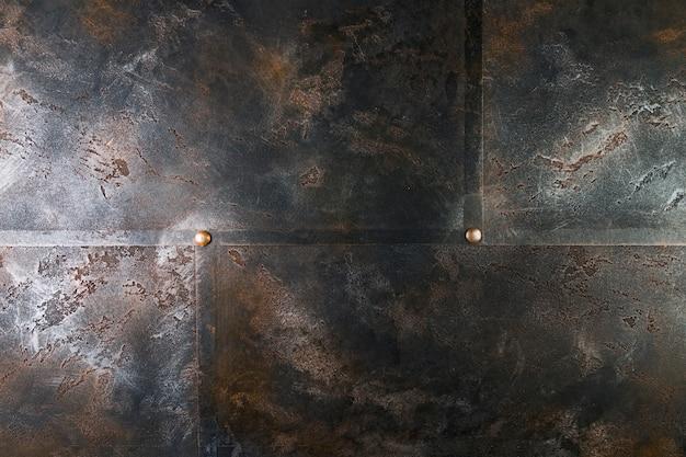 Estrutura metálica com rebites e superfície enferrujada