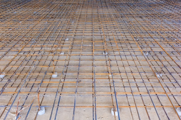 Estrutura metálica de reforço para vazamento de concreto. pronto para encher com concreto.