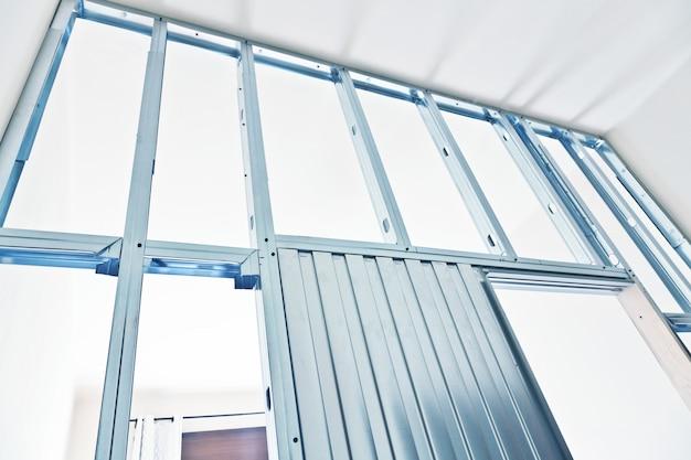 Estrutura metálica de suporte para a construção de uma parede de gesso cartonado