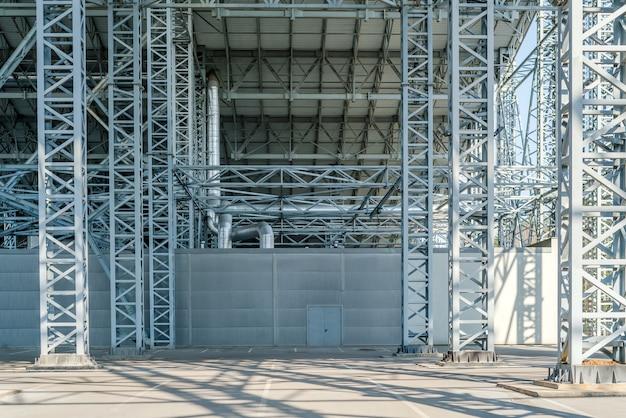 Estrutura metálica do armazém, construção de fábrica comercial.