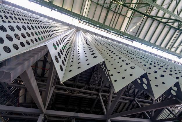 Estrutura metálica do telhado da fábrica