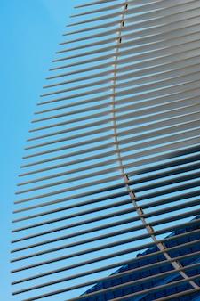 Estrutura moderna arquitectónica no fundo do céu azul