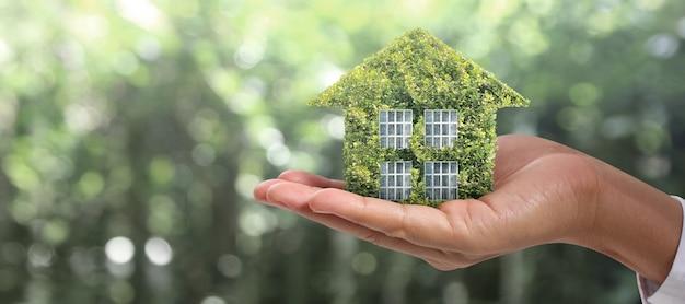 Estrutura residencial da casa em uma mão, ideia de casa de negócios